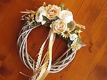 Dekorácie - Prírodný celoročný veniec s ružami a motýľom 27cm - 10784635_