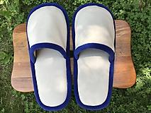 Béžové papuče s modrým lemom