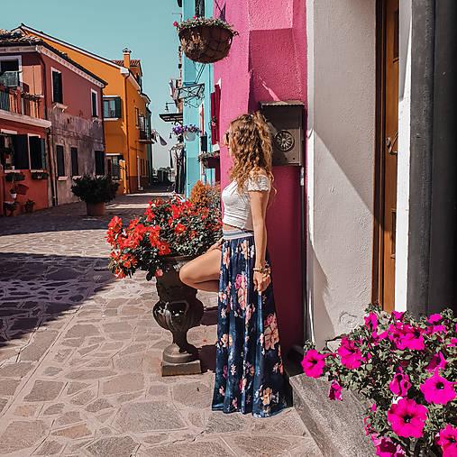Kvetovaná sukňa z jemného saténiku na gumu rôzne farby