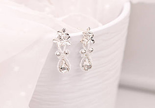 Náušnice - Malé krajkové svadobné náušnice s kvietkami a kryštálmi - 10788756_