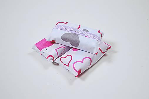 Prenosný obal / zásobník na papierové vreckovky ružové srdiečka