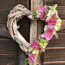Dekorácie - Drevené srdce s orchideou - 10791654_