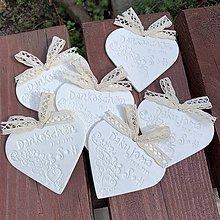 Darčeky pre svadobčanov - Veľké keramické srdiečka s poďakovaním, iniciálami a dátumom - 10791865_