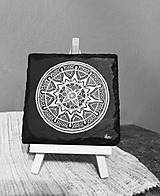 Dekorácie - Biela kresba na čiernej bridlici - Na kameni maľované - 10792151_