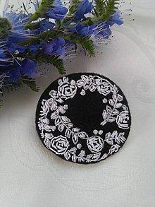 Odznaky/Brošne - V čarovnej záhrade (ručne vyšívaná brošňa) - 10796402_