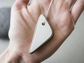 Náhrdelníky - Keramický prívesok - trojuholník - 10799129_