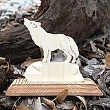 Dekorácie - Drevený Vlk na podstavci - 10797192_