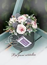 Dekorácie - Zdobený boxík nielen pre pani učiteľku s umelými kvetmi - 10797438_