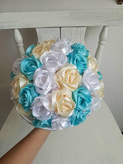 Kytica z krémových a tyrkysových ruží