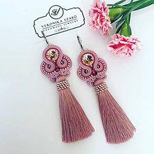 Náušnice - Ručne šité šujtašové náušnice so Swarovski®️crystals / Soutache earrings - Swarovski (Rosali - staroružová/metalická staroružová) - 10802292_