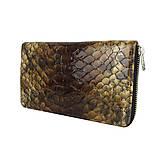 Peňaženky - Dámska kožená peňaženka so vzorom hadiny v hnedej farbe - 10801417_