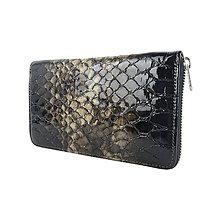Peňaženky - Dámska kožená peňaženka so vzorom hadiny v tmavo hnedej farbe - 10801409_