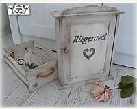 Nábytok - Skrinka na klúče s menom rodinky :) - 10803858_