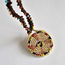 Náhrdelníky - Kožený náhrdelník s kruhovým pleteným príveskom - 10808430_