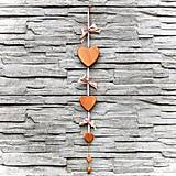 Dekorácie - Drevená Girlanda Srdcia – Ružová - 10806038_