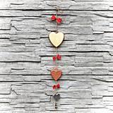Dekorácie - Drevená Girlanda Zlaté Srdcia - 10806047_