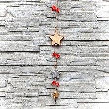 Dekorácie - Drevená Girlanda Hviezdy -Červená - 10806029_