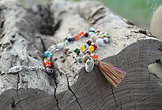 * Pestrofarebné korálky,farebný strapec a musľa cowrie * (Pestrofarebná)