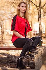 Topy - Červená blúzka zdobená čiernou krajkou - 10806213_