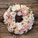 Veniec na dvere romantický, pastelový z ruží