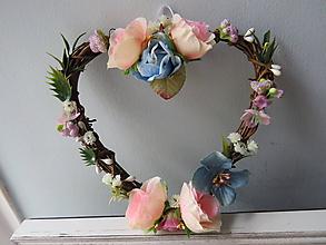 Dekorácie - Kvetinový veniec v tvare srda