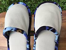Obuv - Béžové papuče s modrým strakatým vzorom - 10813955_