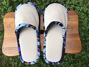 Obuv - Béžové papuče s modrým strakatým vzorom - 10813954_