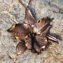 Náhrdelníky - Poměděný opravdový květ orchideje*na krk - 10813386_