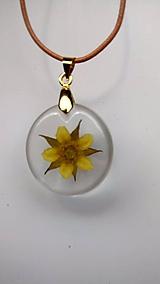 Náhrdelníky - Prívesok yellow flower - 10817644_