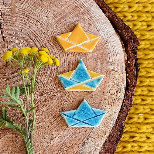 Odznaky/Brošne - keramická brošňa papierová loď - 10819234_