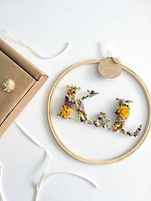 Dekorácie - Obraz vyšívaný kvetmi partnerské iniciály farebné - 10820206_