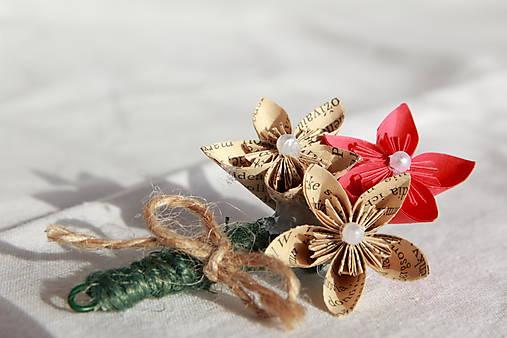 Svadobné pierko z papierových origami kvietkov (rôzne farby)