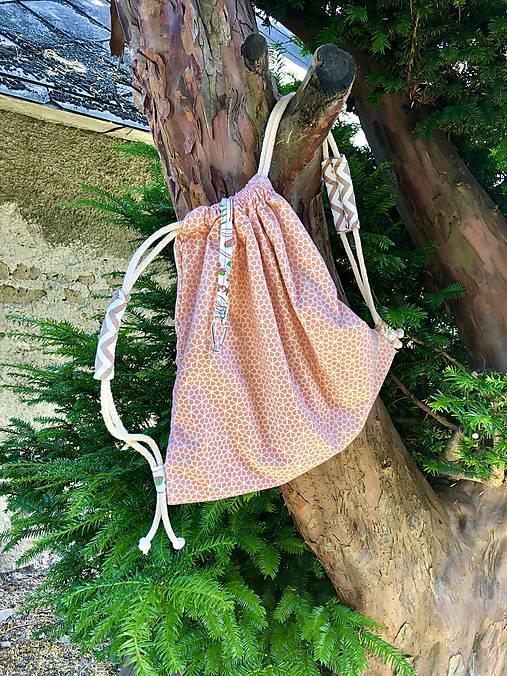 Pastelovo oranžový zaťahovací batoh / včelí plást