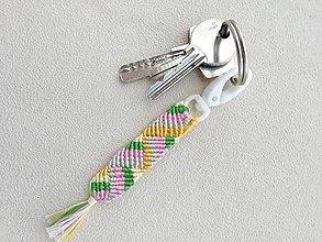 Kľúčenky - Makramé kľúčenka, prívesok - hra farieb - 10831946_