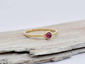 Prstene - 585/1000 zlatý prsteň s granátom rhodolitom - 10835651_