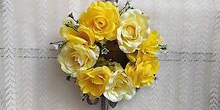 Dekorácie - Veniec na zavesenie... žlté ruže - 10835561_