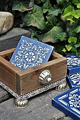 Pomôcky - Sada drevených dlaždíc aj s debničkou v modrej farbe - 10837144_