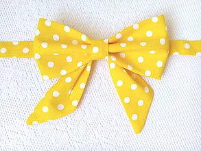 Náhrdelníky - Bodkovaný dámsky motýlik (žltý/biele bodky) - 10839166_