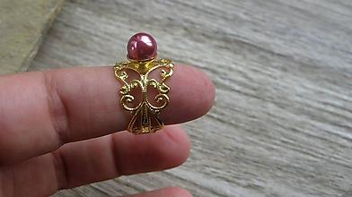 Prstene - Filigránový prsteň s perlou (farba kovu zlatá, tmavoružová perla, č. 2738) - 10837940_