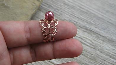 Prstene - Filigránový prsteň s perlou (farba kovu ružová, tmavo ružová perla, č. 2745) - 10837965_