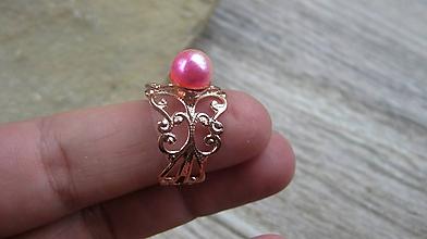 Prstene - Filigránový prsteň s perlou (farba kovu ružová, dúhová perla, č. 2747) - 10837975_