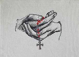 Obrazy - Vyšívaný obraz :Ruky s ružencom - 10840640_