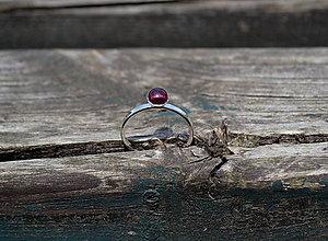 Prstene - Strieborný prsteň Granát - 10843666_