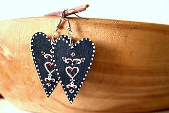Náušnice - drevené folk srdiečka-čierne s ornamentami - 10846758_