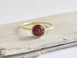 Prstene - 585/1000 zlatý prsteň s prírodným granátom - 10856735_