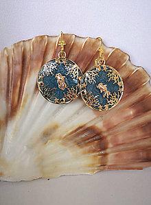 Náušnice - Živicové náušnice s morským motívom a zlatou rybkou - 10857424_