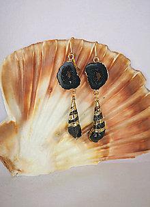 Náušnice - Visiace náušnice so živicovou drúzou a mušľou, čierno-zlaté - 10857689_
