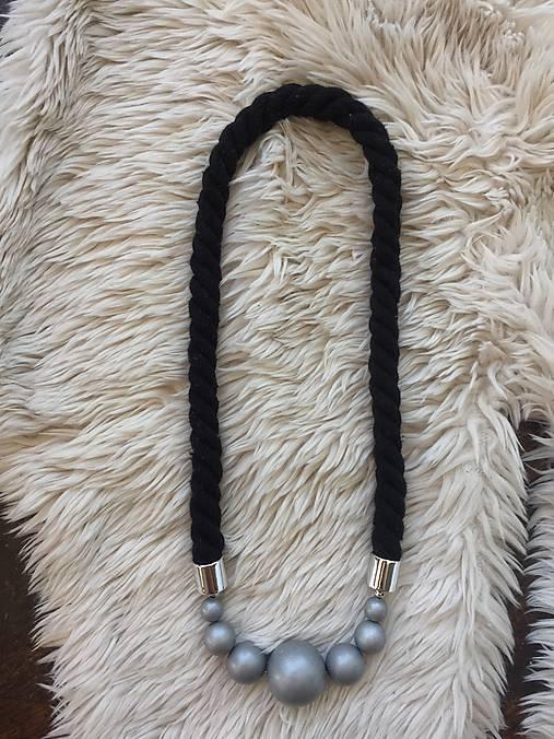 Stříbrné korále na černém laně