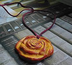 Náhrdelníky - keramická spomienková ružička na koži - 10861927_