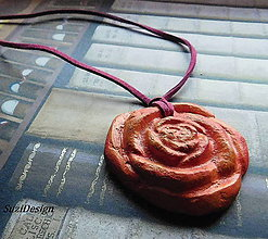 Náhrdelníky - keramická spomienková ružička na koži - 10861943_